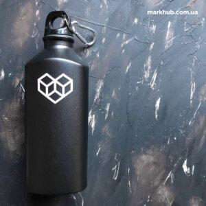 Лазерне гравірування на металевих пляшках з карабіном