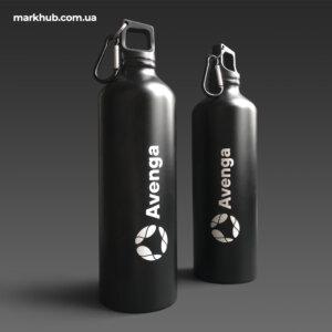 Лазерне гравірування логотипа на металевих пляшках з карабіном
